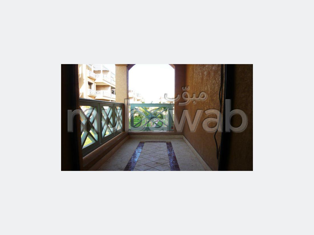 شقة مساحتها 105م²، مطبخ مجهز، شرفة، 3 غرف، أكدال