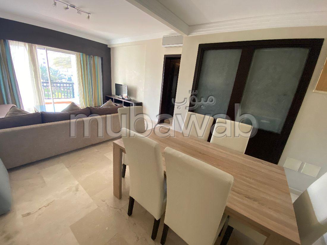 شقة مساحتها 100م²، مفروشة، مطبخ مجهز، 3 غرف، أكادير