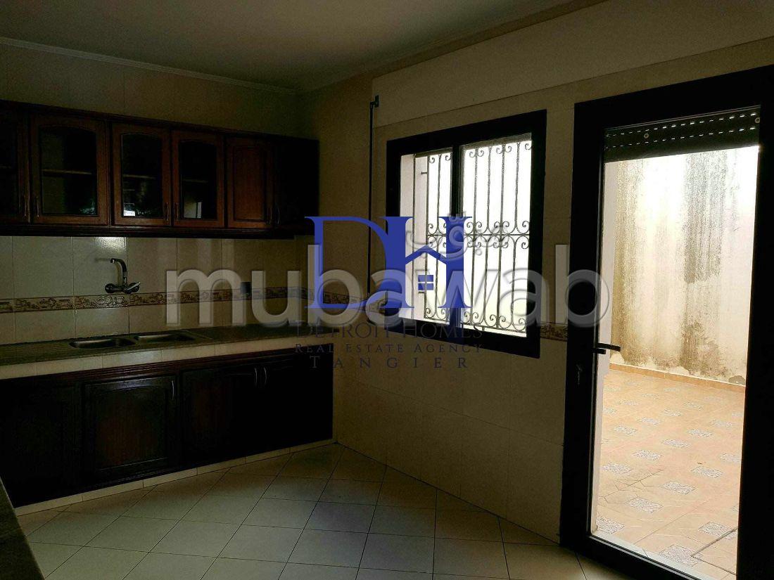 فيلا مساحتها 250م²، شرفة، حديقة، 8 غرف