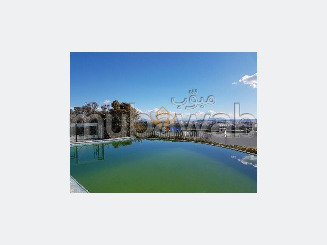 Casa de alto standing en venta. 8 Habitación pequeña. Cuenta con una piscina y una chimenea.