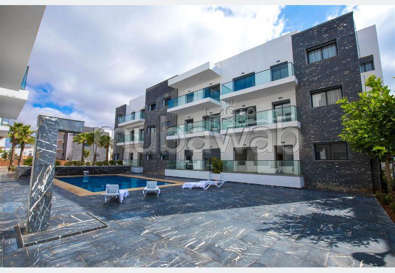 شقة رائعة للبيع بدار بوعزة. 2 غرف جميلة. مسبح ، مكيف هواء.