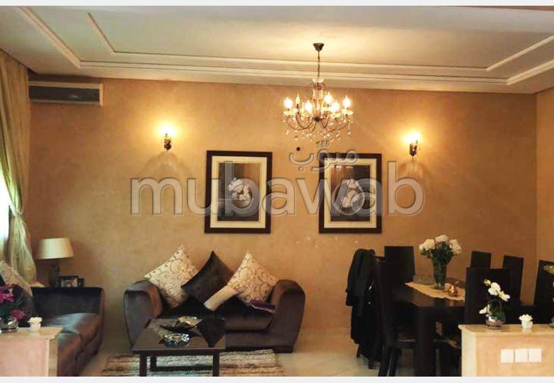 Suntuosa villa en venta. 4 Pequeña habitación. Aparcamiento y balcón.