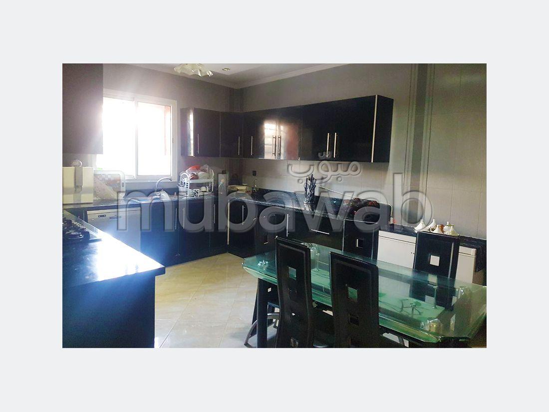 فيلا مساحتها 253م²، مطبخ مجهز، شرفة، 8 غرف، القنيطرة