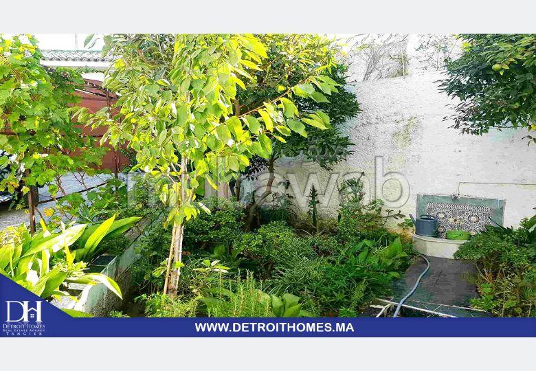Casa de alto standing en venta. Area 648 m². Parking y jardin.