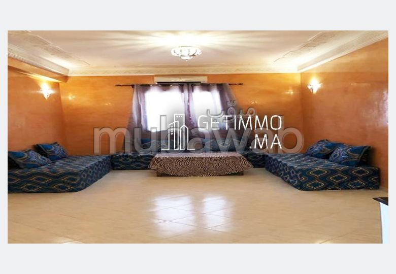 شقة مساحتها 77م²، مفروشة، شرفة، 3 غرف، طريق فاس