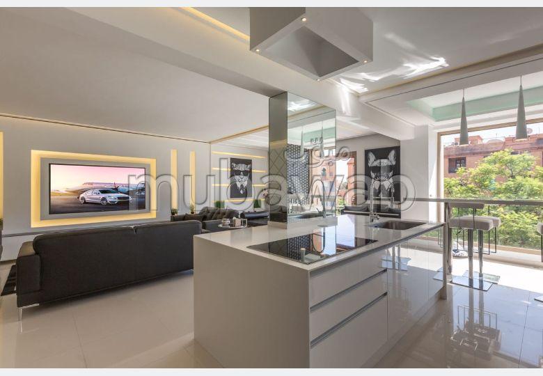 شقة مساحتها 140م²، مطبخ مجهز، شرفة، 3 غرف، جيليز