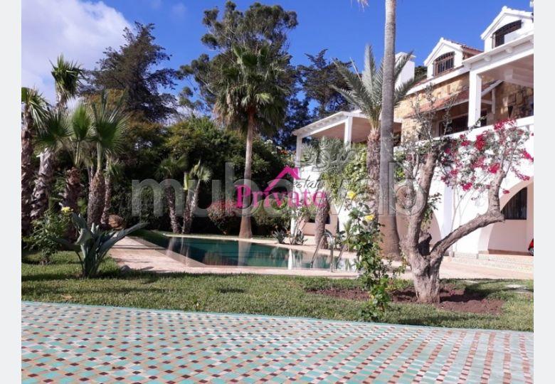 Preciosa villa en alquiler en Jbel Kbir. Superficie 400 m². Plazas de parking y jardín.