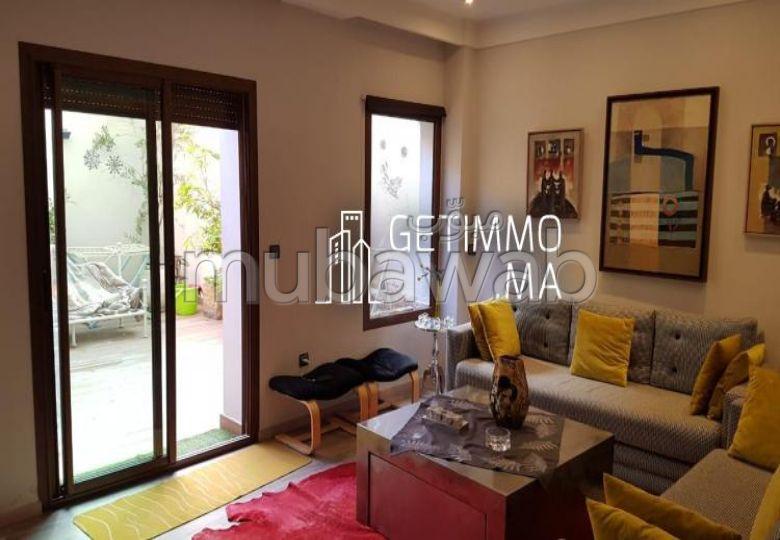شقة مساحتها 130م²، مفروشة، شرفة، 4 غرف، طريق الدار البيضاء