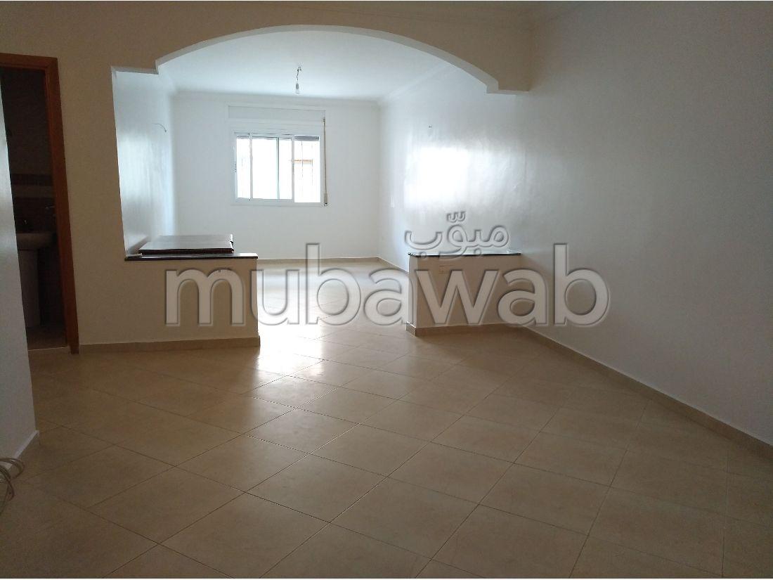 Piso en venta. Gran superficie 136 m². Aparcamiento y balcón.