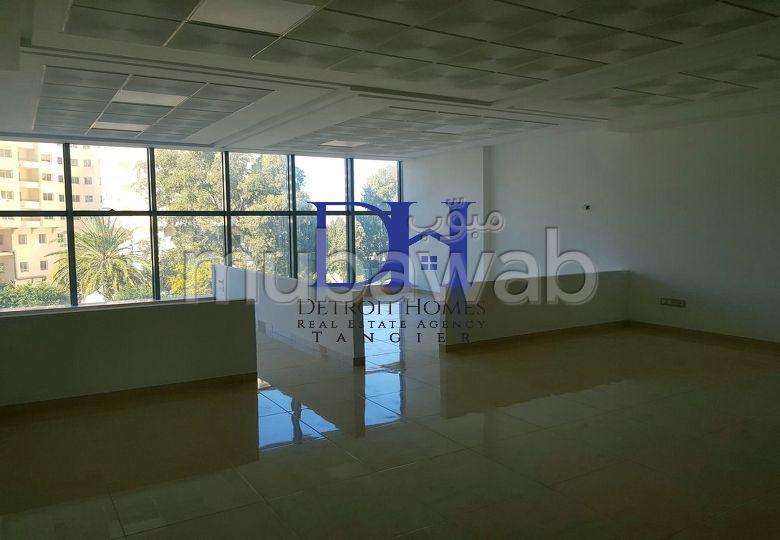 مكتب مساحته 69م²،  غرفة، الشرف مغوغة
