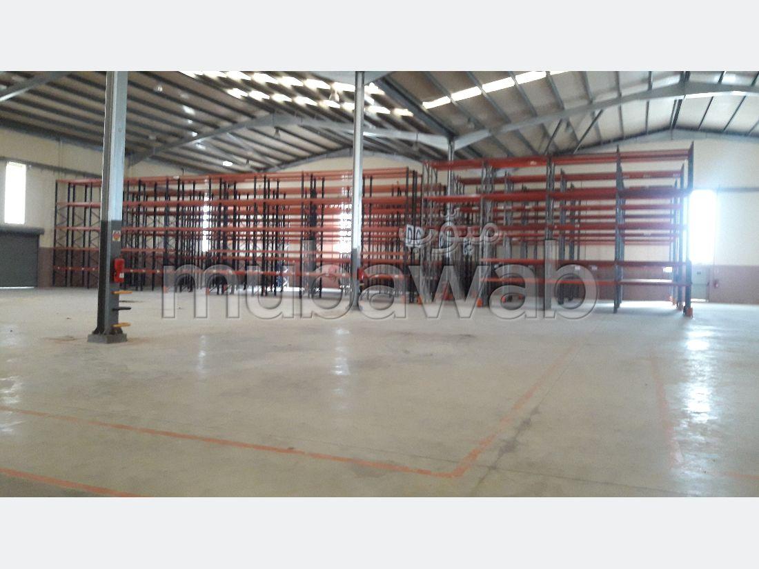 Oficinas y locales comerciales en venta. Área total 3000 m². Amueblado.