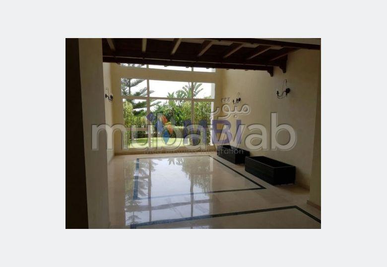 شقة مساحتها 299م²، مطبخ مجهز، حديقة