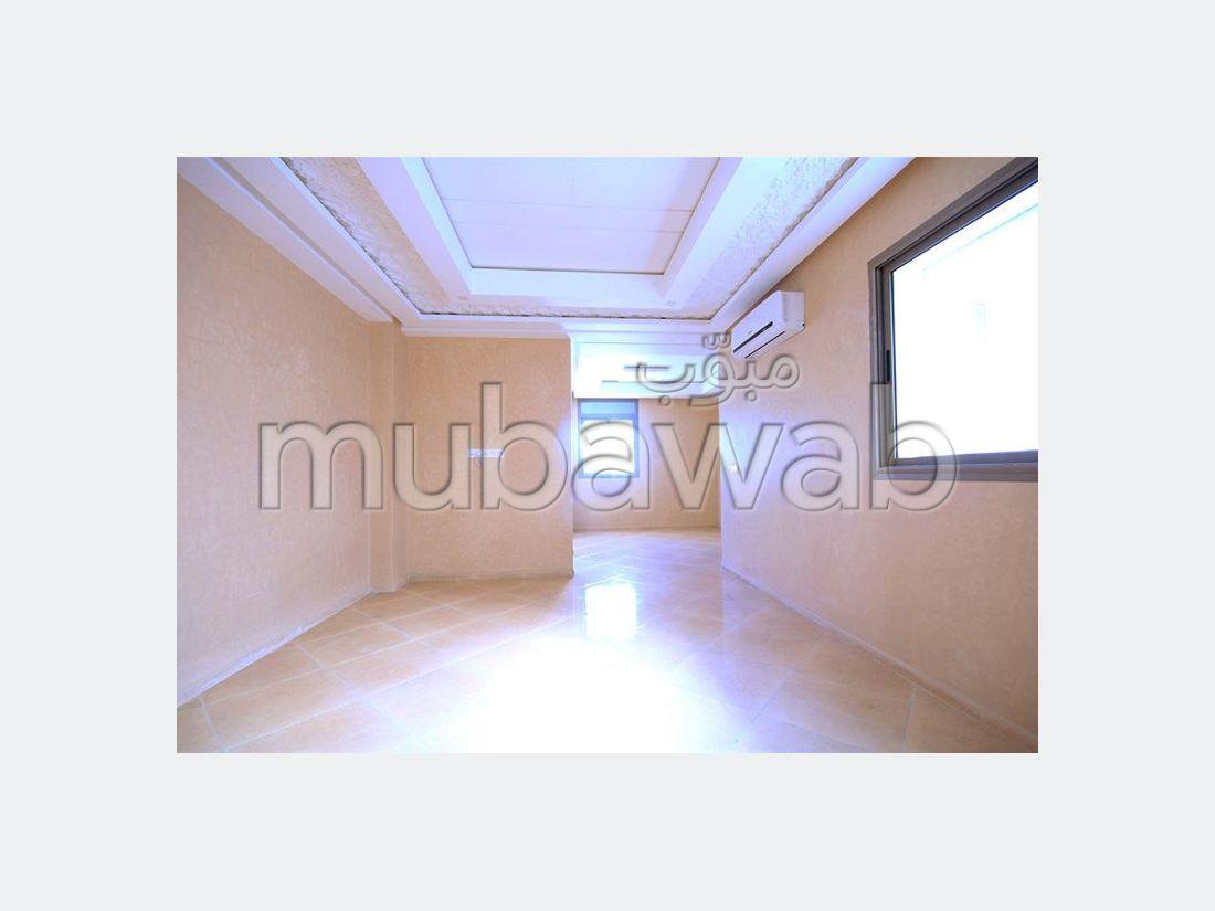 شقة للبيع بالقنيطرة. المساحة الكلية 95 م². شرفة مشرقة.