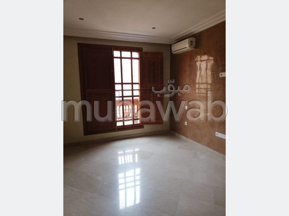 فيلا مساحتها 280م²، شرفة، حديقة،  غرفة، جيليز