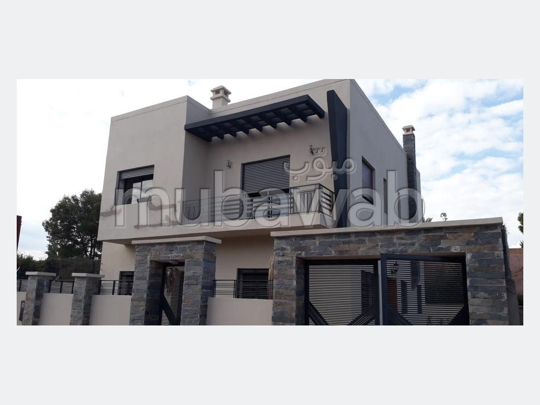 فيلا مساحتها 280م²، شرفة، حديقة، 5 غرف، منارة