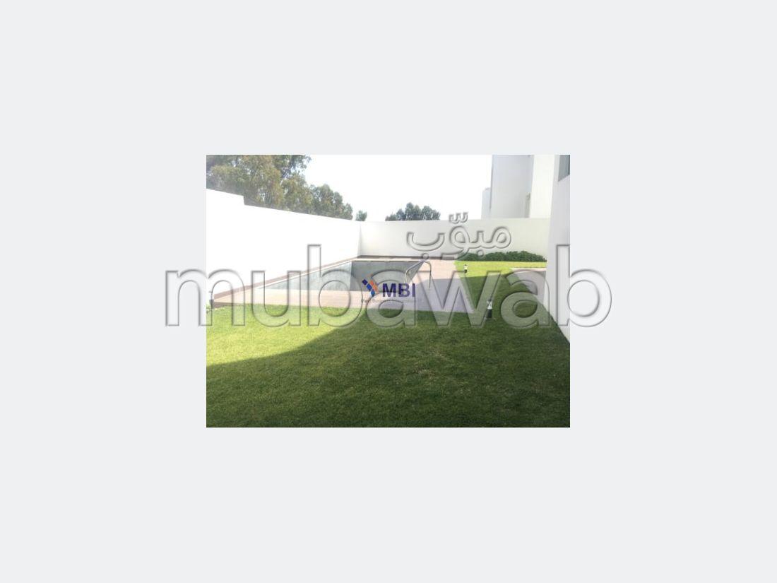 فيلا مساحتها 550م²، شرفة، حديقة