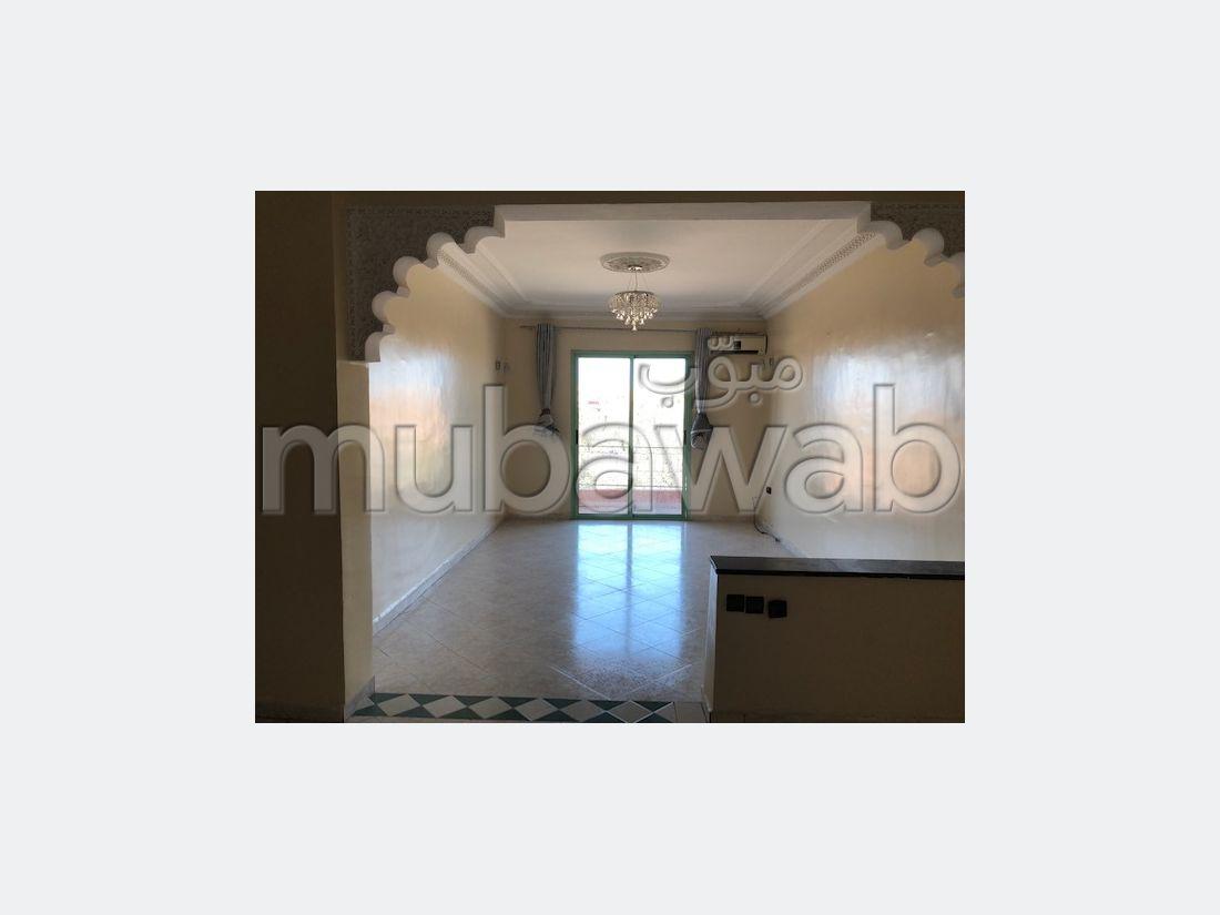 شقة مساحتها 90م²، شرفة، مصعد، 3 غرف، طريق اسفي