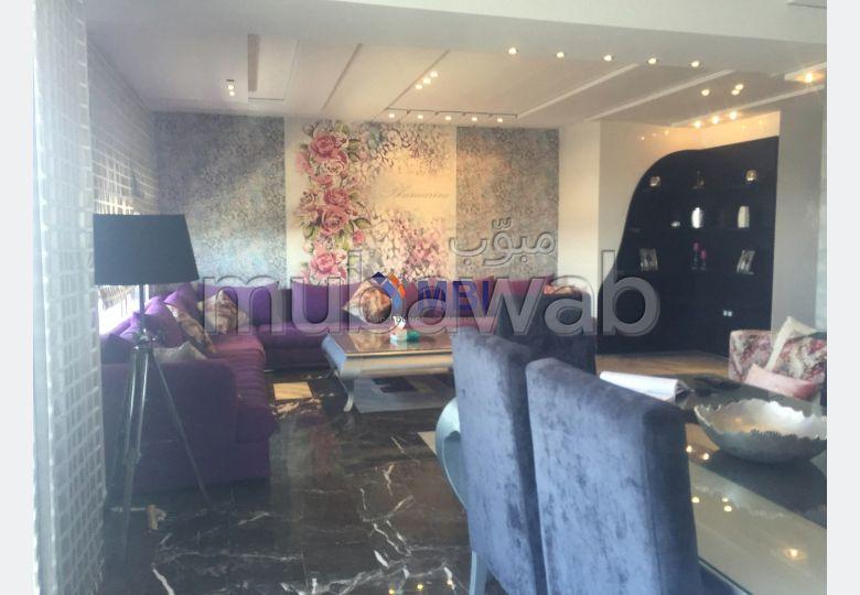 شقة مساحتها 140م²، مفروشة، مطبخ مجهز، 5 غرف، الشرف مغوغة