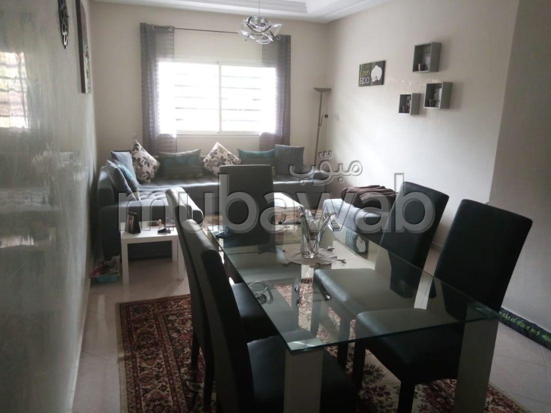 شقة مساحتها 105م²، مطبخ مجهز، مصعد، 4 غرف، القنيطرة
