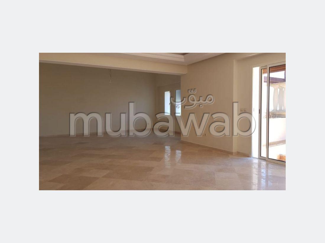 Precioso piso en alquiler en Centre. 8 habitaciones confortables. Plazas de parking y terraza.