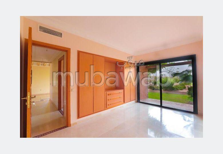 شقة رائعة للبيع بالنخيل. 2 غرف. مساحة خضراء.