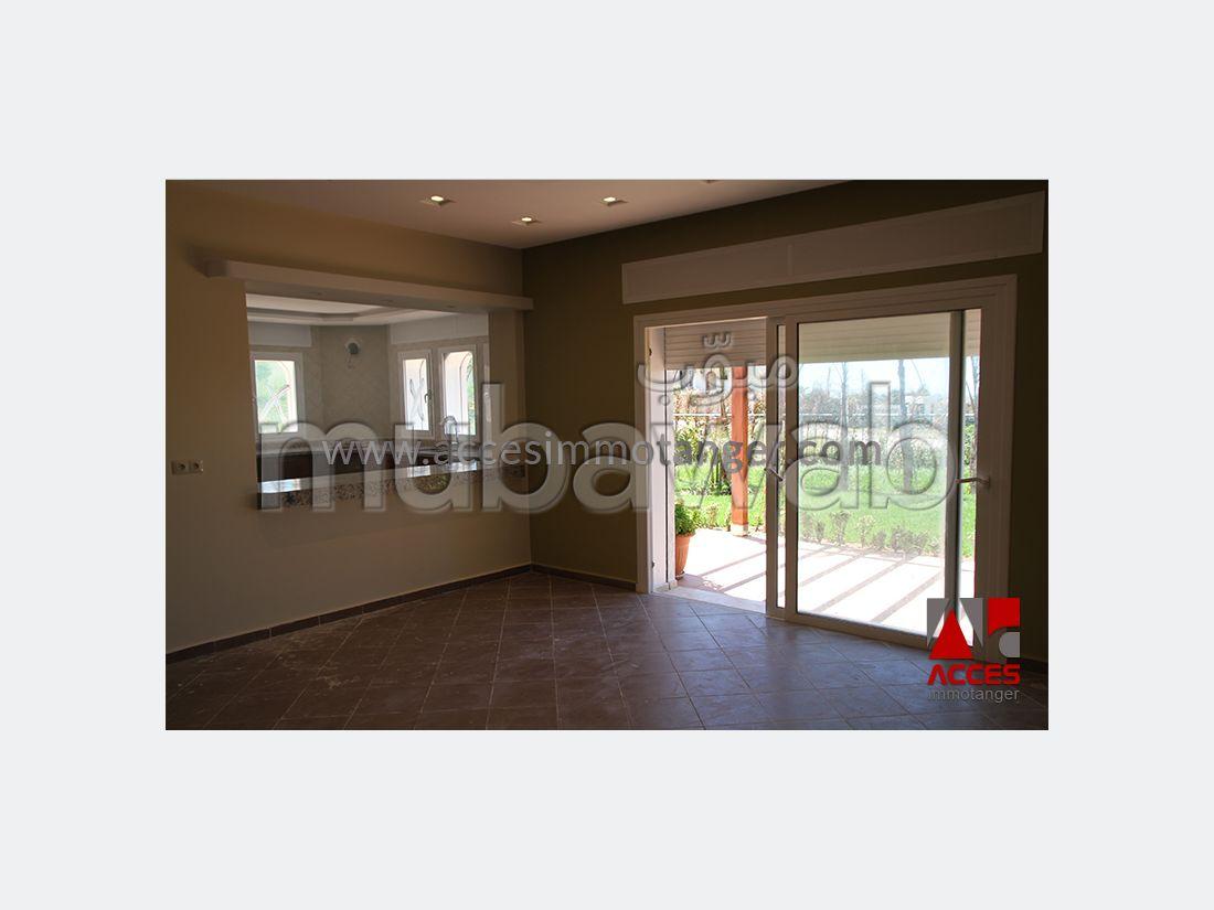 فيلا مساحتها 360م²، شرفة، حديقة، 5 غرف