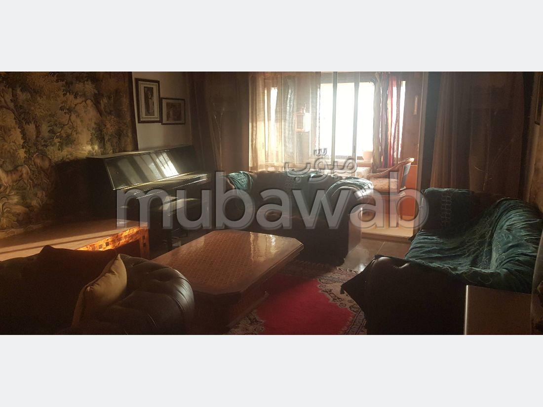 شقة مساحتها 220م²، مطبخ مجهز، شرفة، 4 غرف، تاغزوت