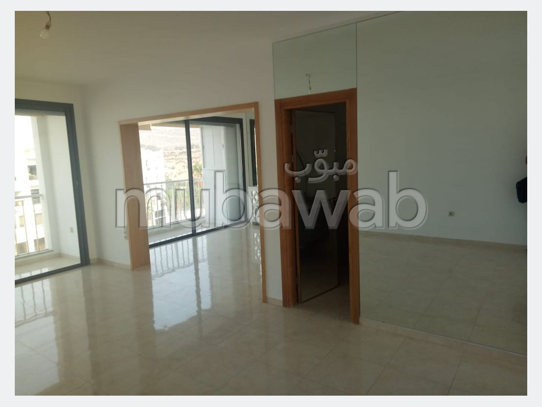 شقة رائعة للإيجار ب المدينة الجديدة. المساحة الكلية 142 م². تتوفر الإقامة على خدمة الكونسياج ونظام تكييف الهواء.