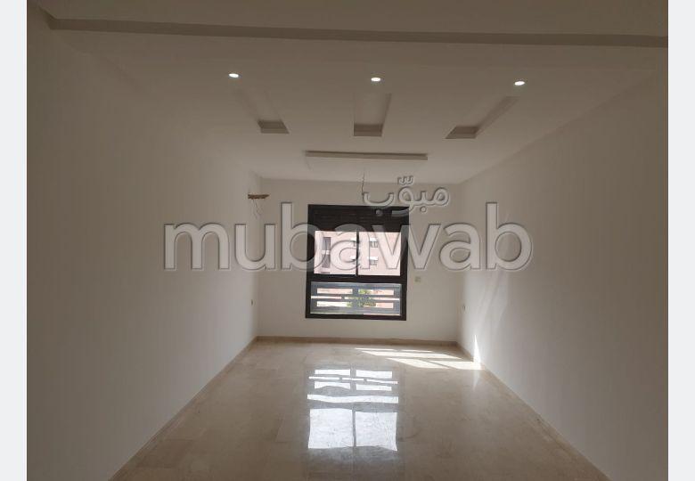 شقة مساحتها 86م²، مطبخ مجهز، شرفة، 3 غرف، جيليز