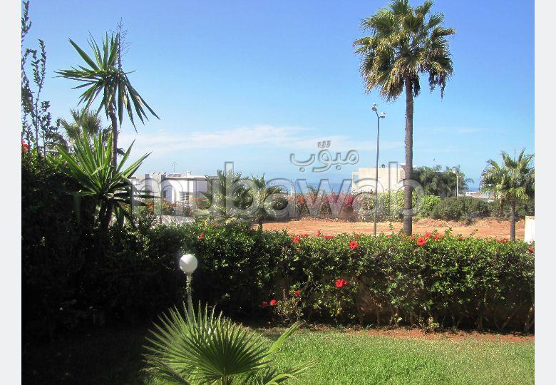 فيلا ممتازة للبيع بعين الذياب. 4 غرف رائعة. أماكن لوقوف السيارات وحديقة جميلة.