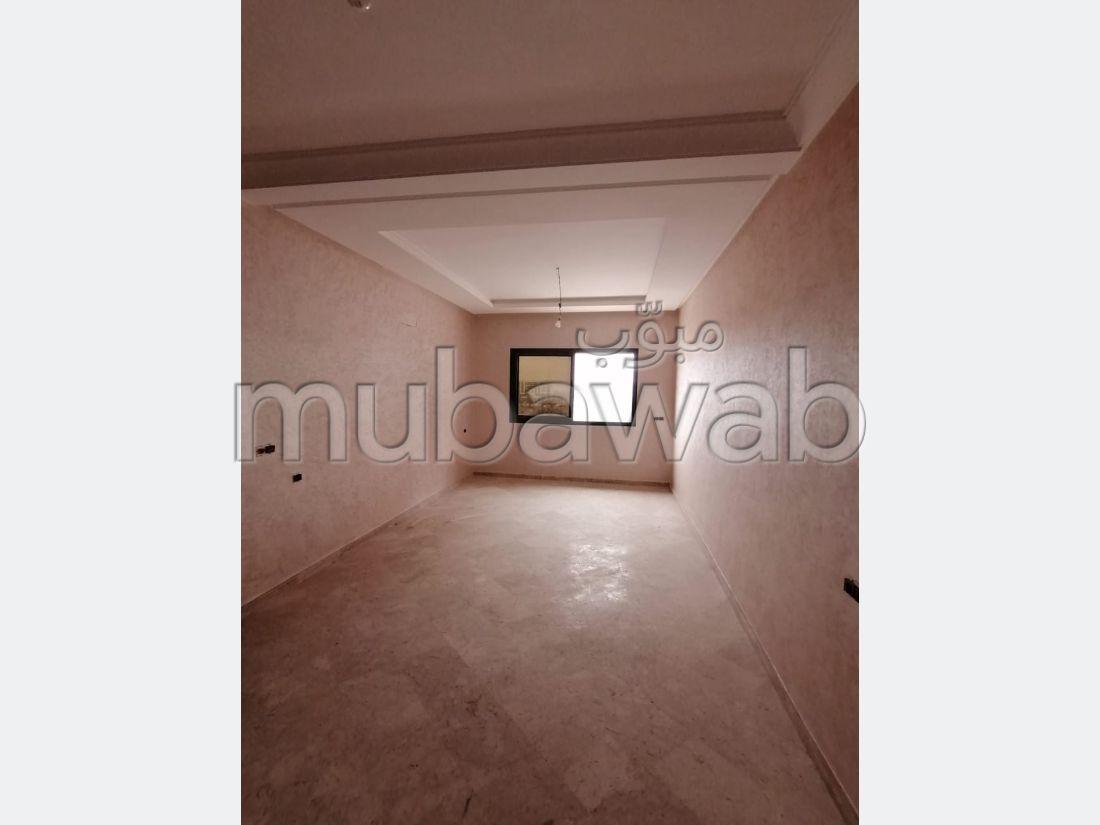 شقة مساحتها 105م²، مطبخ مجهز، 4 غرف، أكادير