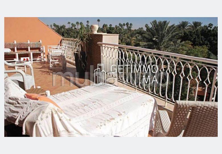 شقة مساحتها 100م²، مفروشة، مطبخ مجهز، 3 غرف، جيليز
