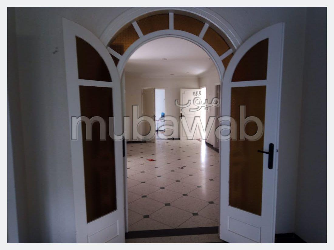 فيلا مساحتها 599م²، مطبخ مجهز، شرفة، 5 غرف، القنيطرة