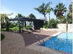 استئجار شقة بحي كاليفورنيا. 3 غرف. مكيف للهواء وحوض للسباحة.