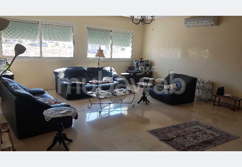 شقة جميلة للبيع ب عين عمير. المساحة الإجمالية 170 م². أماكن وقوف السيارات وشرفة.