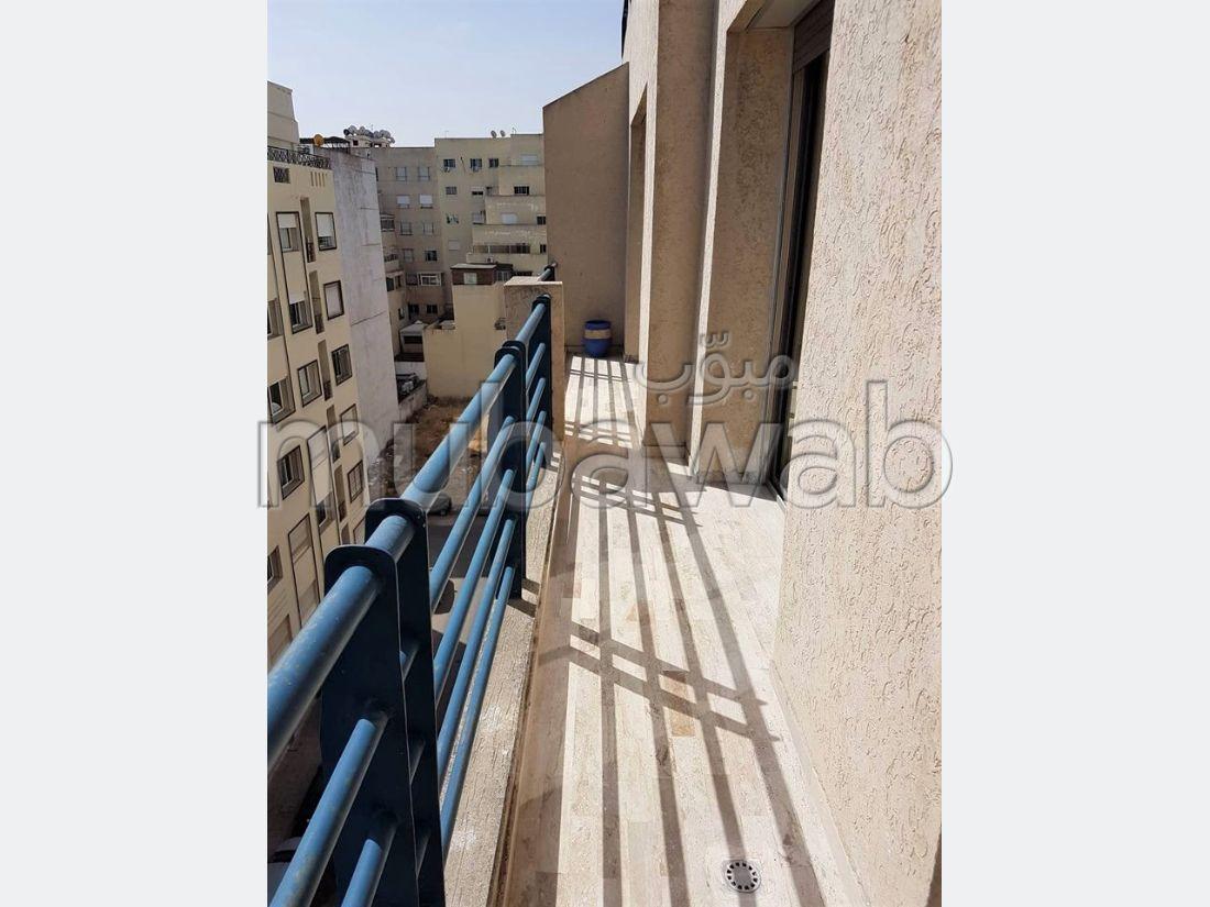 شقة مساحتها 135م²، مطبخ مجهز، شرفة، 3 غرف، المعاريف