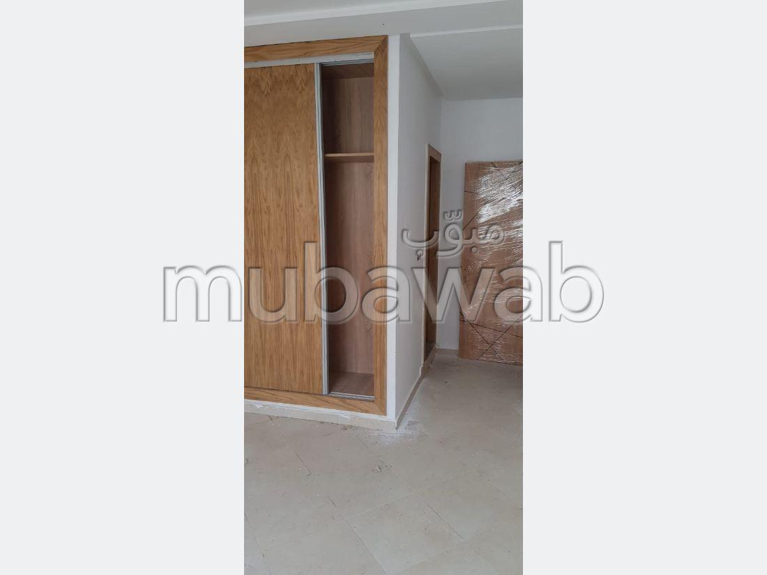 شقة مساحتها 105م²، مطبخ مجهز، 4 غرف، القنيطرة
