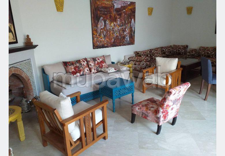 Somptueuse villa à vendre à Tanger. 5 pièces confortables. Salon typique marocain, résidence sécurisée