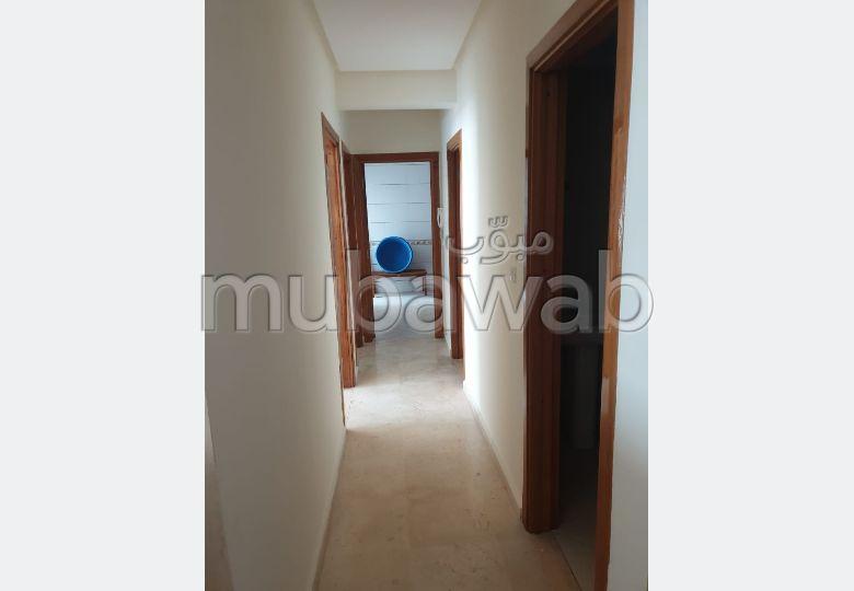 شقة مساحتها 94م²، مطبخ مجهز، شرفة، 3 غرف، أكادير