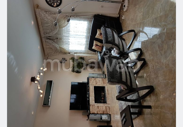 شقة جميلة للبيع بفاس. المساحة الكلية 120 م². صحن فضائي وباب متين وممتاز.