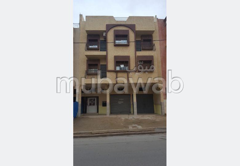 منزل للبيع بالقنيطرة. المساحة الكلية 450 م². موقف السيارات وشرفة.