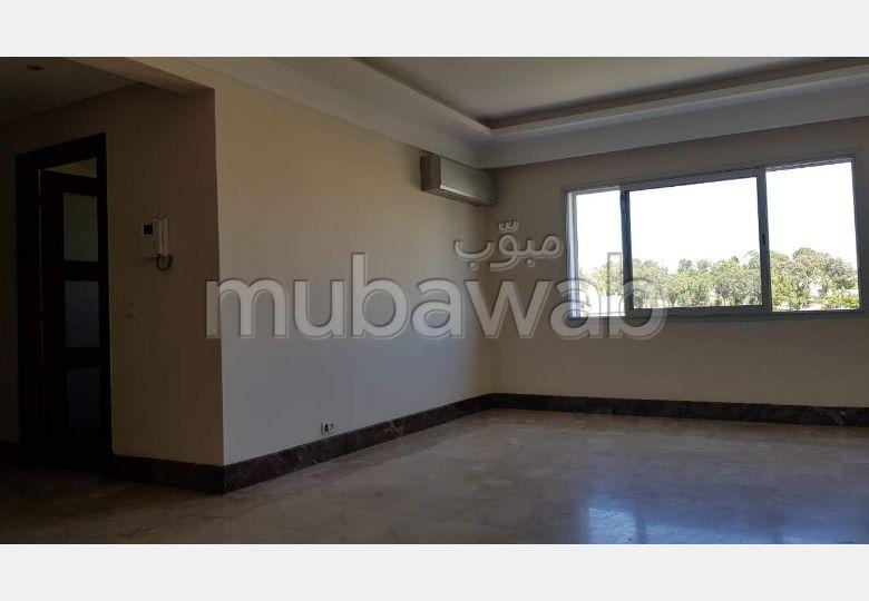 Alquila este piso en Centre Ville. 3 habitaciones. Plazas de parking y terraza.