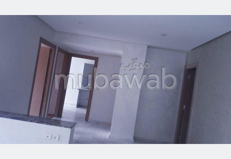 شقة للشراء ببوسكورة. المساحة الإجمالية 90 م². نوافذ مع زجاج مزدوج وباب آمن.