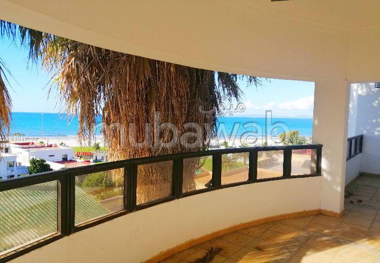 شقة جميلة للبيع بطنجة. المساحة الإجمالية 600 م². حمام سباحة و نظام تكييف للهواء.