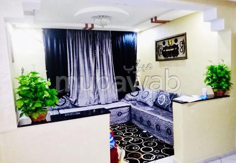 شقة رائعة للبيع بأكادير. 3 قطع رائعة. صالون مغربي تقليدي ، إقامة آمنة.
