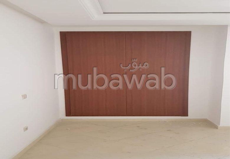 Vend appartement à El Majd. 3 chambres. Concierge.