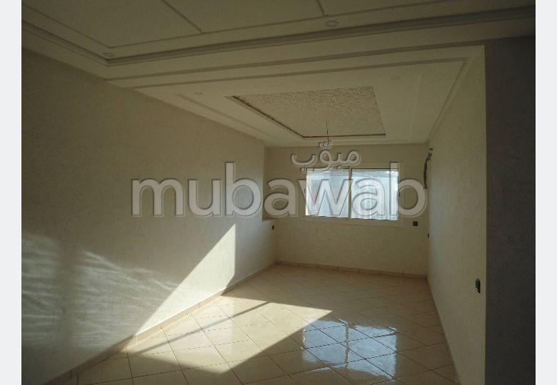 شقة رائعة للبيع بالقنيطرة. 2 غرف رائعة. مصعد وأماكن وقوف السيارات.