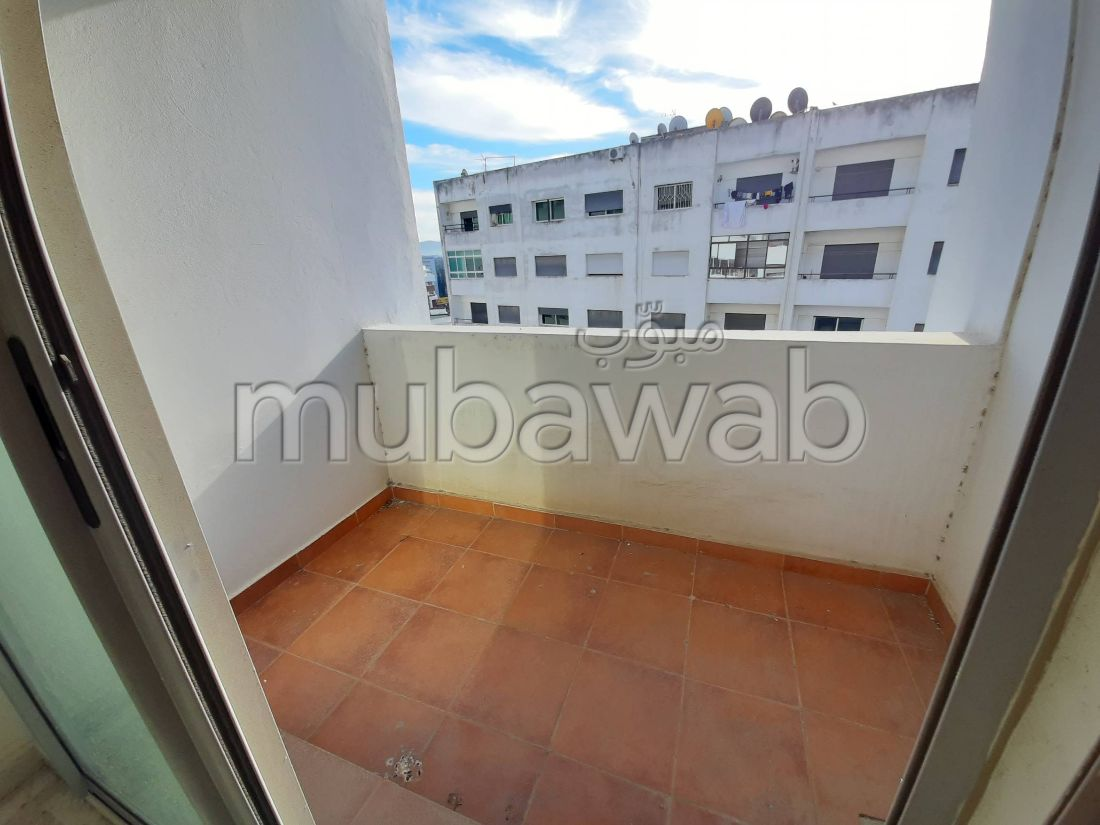 شقة جميلة للبيع بوسط المدينة. المساحة الكلية 106.0 م². باب متين ، صالة مغربية تقليدية.