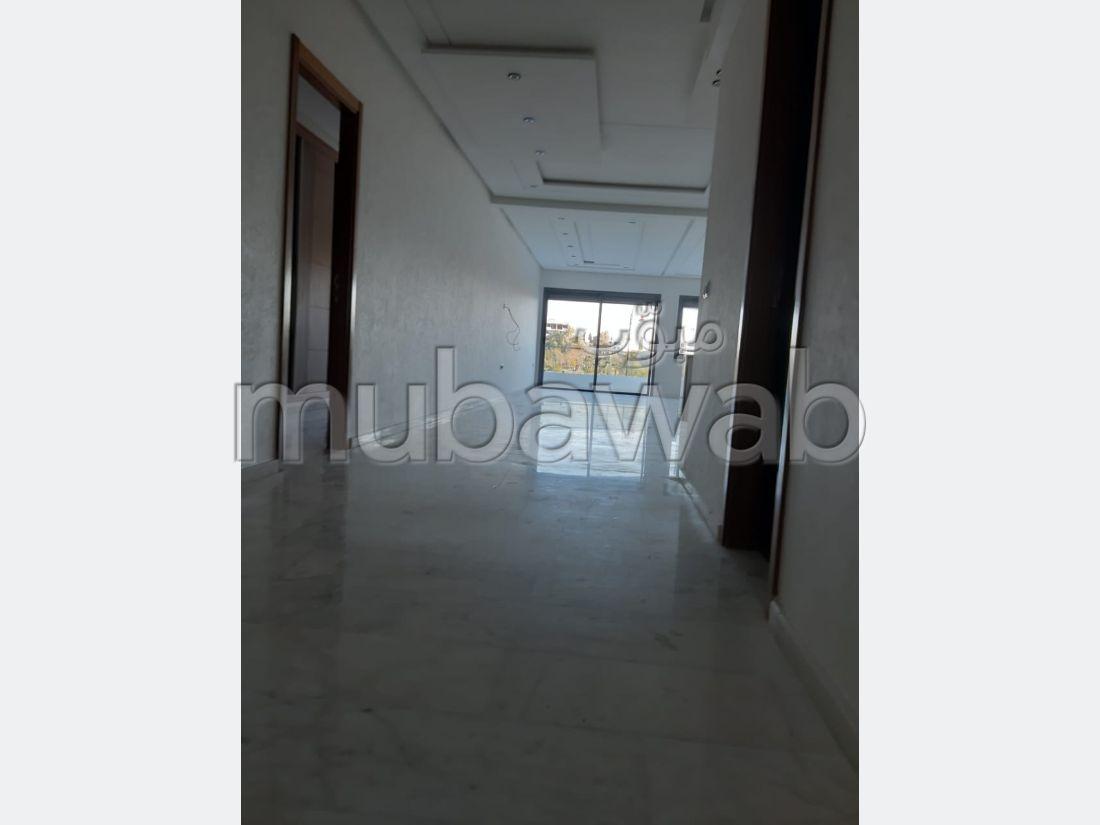 شقة جميلة للبيع ب شون كورس. 3 غرف جميلة. زجاج مزدوج وباب قوي.