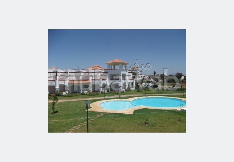 شقة جميلة للبيع بأصيلا. المساحة الإجمالية 119 م². صالة مغربية تقليدية وباب متين.